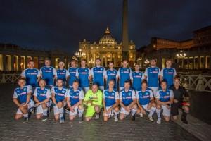 Mannschaft bei Nacht auf dem Petersdom